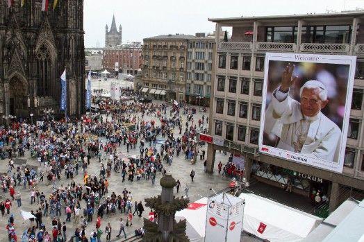 Papst Benedikt XVI  feiert mit einer Million jungen Gläubigen den Weltjugendtag in Köln. 2005.
