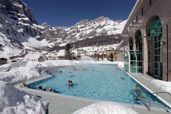 Les bains Lindner Alpentherme, à Loèche-les-Bains, un petit village situé à plus de 2600 mètres d'altitude au cœur des Alpes suisses.