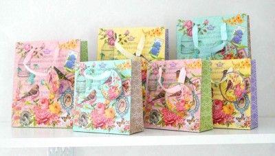 Vackra färgglada papperspåsar med vackert motiv av bla rosor och fåglar. Finns i två storlekar  Var såg jag dom?