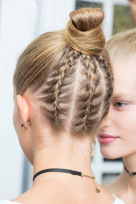 Los peinados y recogidos que serán tendencia en 2017 Dior Una de las tendencias estrella de la temporada: el mix entre moño alto y las trenzas.