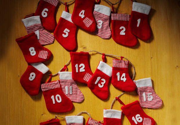 Mini chaussettes, maxi plaisirPour réaliser ce calendrier enfantin, coupez dans de la feutrine rouge des petites chaussettes selon un patron dessiné à main levé sur un papier. Piquez-les deux par deux endroit contre endroit, puis collez à la colle textile des lettres en feutrine blanche et des morceaux de vichy rouge et de feutrine blanche. Cousez un petit ruban de satin rouge à l'intérieur, et nouez-le sur une corde brute.Reste à y cacher de mini surprise, et à l'épingler au mur.Consultez ...: