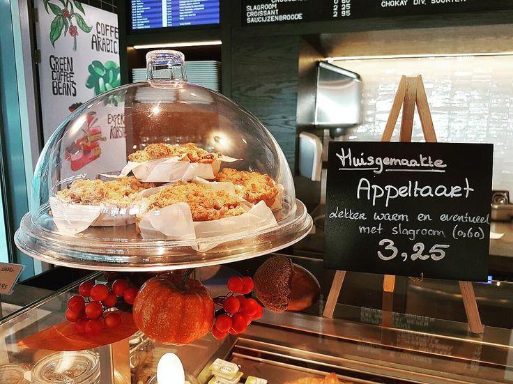 Heerlijk huisgemaakte appeltaart en eventueel met slagroom. Zien we u vandaag of een andere keer gezellig bij ons?  #koffiehuis #meetmeupstairs #utrecht #utrechtcentraal #douweegberts #coffee #ns #apple #pie #morning #prorail #food #drinks