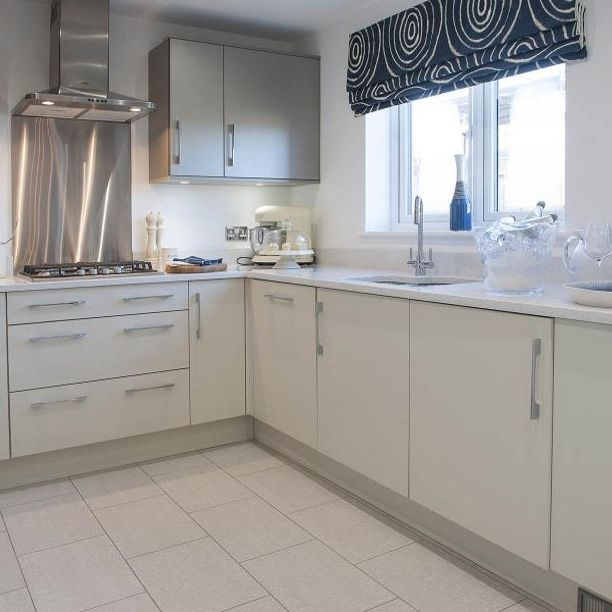 If you have a neutral kitchen, bring it to life with a statement blind! Choose a vibrant colour or a funky design to add some character to the room. #Kitchen #Blind #Pattern #Statement #Neutral #TopTip #Home #InteriorDesign #InteriorDesignIdeas #TaylorWimpey