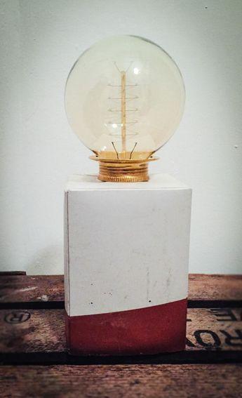 """Seit Ewigkeiten bewundere ich auf Pinterest verschiedene selbstgemachte Werke aus Beton. Kerzenständer, Dekoration, Tische und Lampen… Der Industrie-Look gefällt mir total, doch lange Zeit hatte ich Hemmungen vor der Arbeit mit dieser """"gefährlich"""" aussehenden Masse namens Beton. Zu Weihnachten hatte ich mir nun jedoch vorgenommen, eine sebstgemachte Nachttischlampe aus Beton zu verschenken."""