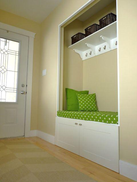 DIY une armoire pour l'entrée On peut mettre une tringle au lieu des patères http://do-it-yourselfdesign.blogspot.fr/2013/04/closet-bookshelf.html http://do-it-yourselfdesign.blogspot.ca/2012/11/closet-to-nook-conversion-with-custom.html