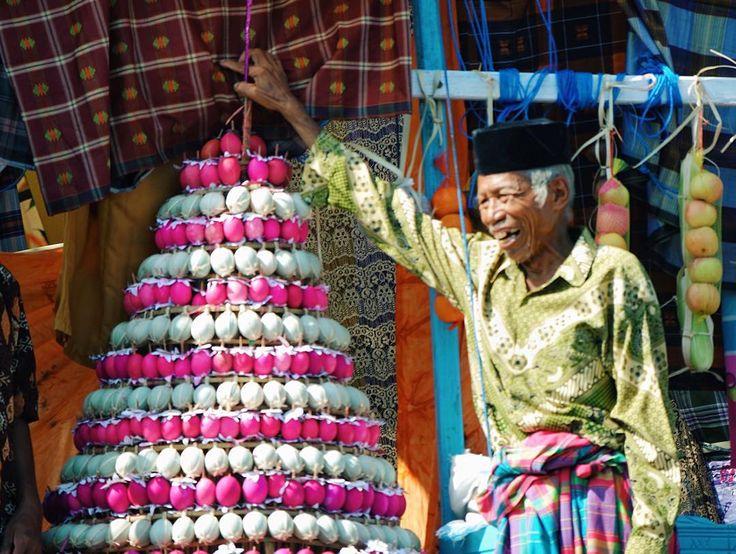 """""""Beberapa hari di Makassar, sempat datang ke sebuah tradisi yang digelar rutin tiap tahunnya di Takalar, Sulawesi Selatan. Namanya Maudu Lompoa, sebuah…"""""""