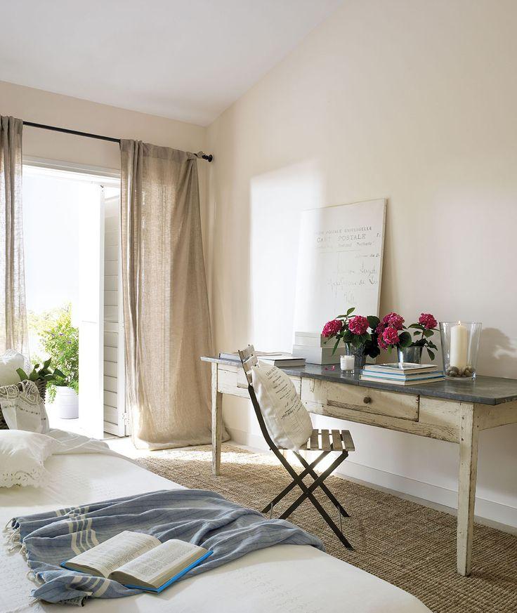 00303892. Dormitorio principal escritorio de madera junto a la ventana_00303892