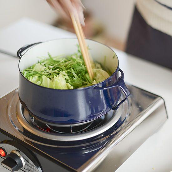 【特集|我が家のウチ鍋レシピ】第2話:キャベツと豚肉のごま塩鍋。 | 北欧、暮らしの道具店