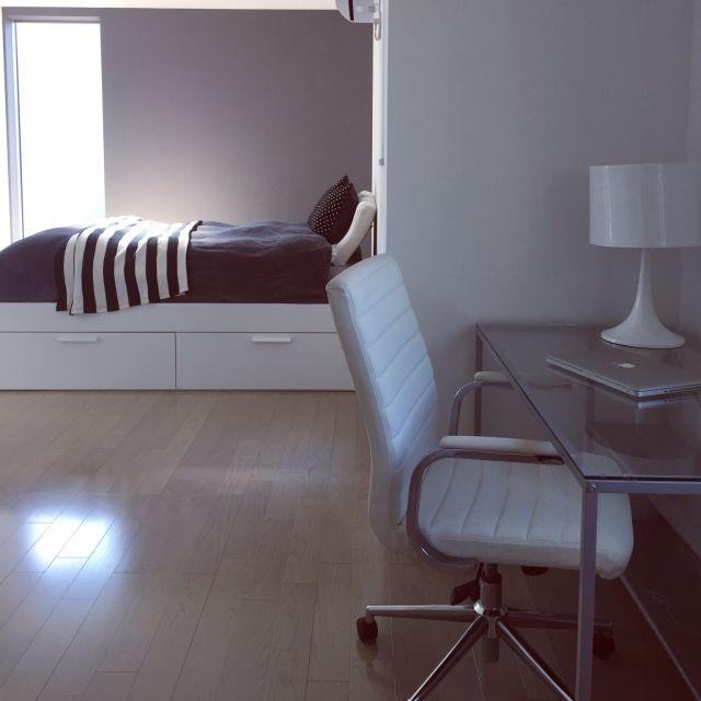 Naoさんの、机,IKEA,ベット,Mac,フランフラン,デスク,シンプル,モノトーン,グレー,クイーンサイズベッド,ミニマリスト,塩系インテリア,のお部屋写真