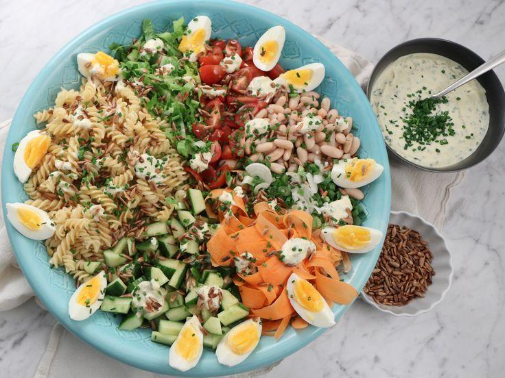 Fransk pastasallad med vita bönor, ägg och gräslöksdressing | Recept från Köket.se