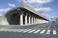 北海道稚内市の北防波提ドームはイタリアの古代建築物のような美しく特徴的な形の防波堤です 樺太へと渡る人々で賑った頃のシンボルでもあり2001年に北海道遺産に指定されています  道路や線路に波の飛沫がかかるのを防ぐために昭和6年から11年にかけて建設されました 古代ローマを思わせる太い円柱や曲線を描いた回廊は世界でも類がない建築物として国内外から注目されていますよ  tags[北海道]