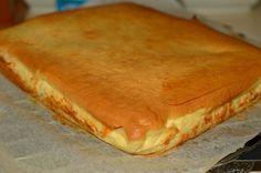 Ingrediente<br > <br > Pentru blat:<br > 2 oua<br > 9 linguri zahar (pudra)<br > 9 linguri ulei<br > 9 linguri lapte<br > 12 linguri faina<br > 1 praf de copt<br > esenta de vanilie<br > Pentru crema de branza:<br