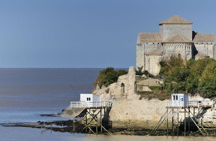 L'église Sainte-Radegonde du XIe s à l'initiative des bénédictins de l'abbaye de Saint-Jean-d'Angély, lesquels auraient fait du sanctuaire catholiquene étape sur l'un des chemins de Saint-Jacques-de-Compostelle. Ainsi, après avoir suivi la Via Turonensis jusqu'à Saintes, certains jacquets auraient-ils choisi de se rendre à Talmont d'où ils auraient embarqué pour la basilique de Soulac, sur l'autre rive de l'estuaire de la Gironde, poursuivant leur périple par la voie de Soulac.