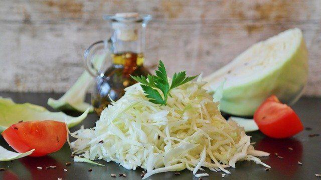 Ein preiswertes Rezept aus der österreichischen Küche: Ein Warmer Krautsalat ist eine gesunde köstliche Beilage.