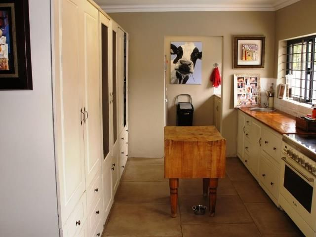 Open Plan Modern Kitchen - 5 bedroom House for sale in Kloofendal