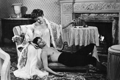 """Felix liebt die Frauen und die Frauen lieben ihn. Susi Nicoletti and Horst Buchholz in """"Bekenntnisse des Hochstaplers Felix Krull"""" (1957), by which Buchholz established himself as a film actor. Dir. Kurt Hoffmann."""