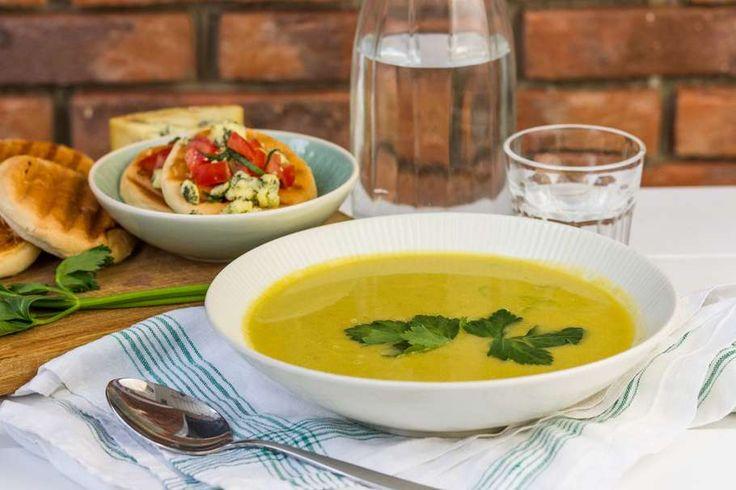 Recept voor bleekselderij soep en croutons voor 4 personen. Met zout, water, olijfolie, peper, bleekselderij, trostomaat, bruine bol, groentebouillon, wortel en ui