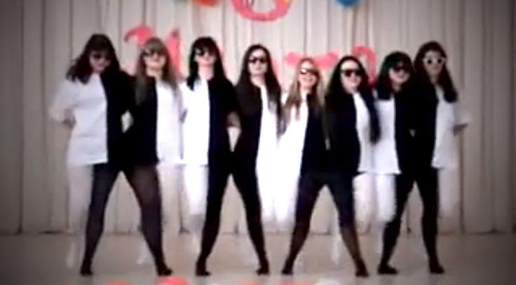 Bevallom, én teljesen elvesztettem a fonalat, de a látvány akkor is fenomenális! :) Ilyen optikai illúziót táncosoktól még nem láttál!