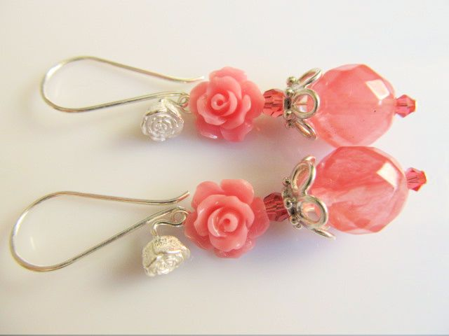 Oorbellen Roswitha aardbeikwarts facet met roze koraalroos, swarovski kristal kraaltjes en roos oorhaak. geheel lichtzilver