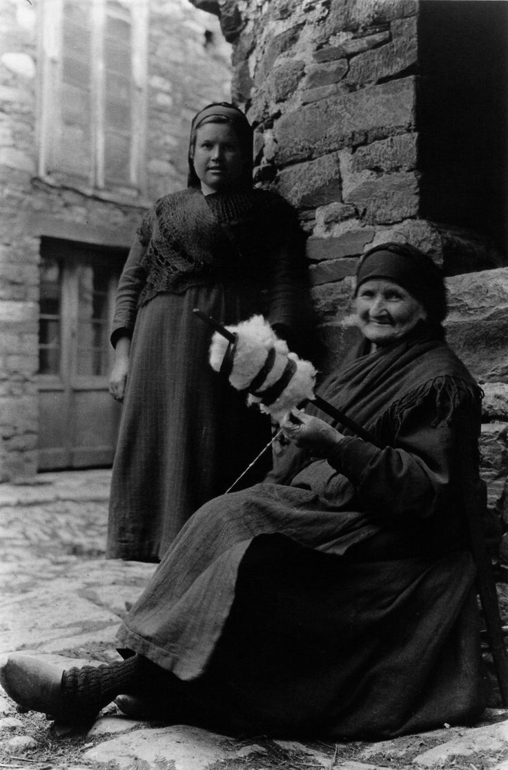 Unha vella fiandeira. A Fonsagrada, Lugo, 1925.