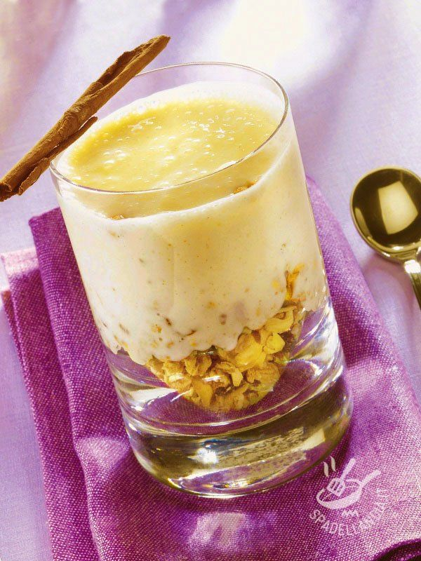 Banane cremose con pepite croccanti: un frullato di banane, mandorle e crema di yogurt e ricotta arricchito con pepite croccanti di muesli e pistacchi!