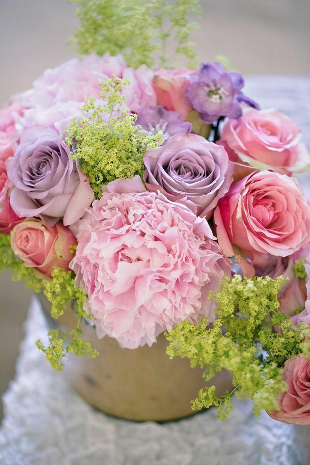 frische Blumengestecke rosa lila Rosen am Tisch
