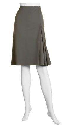 Falda en tela fuerte, oscura; godet en gasa de color vivo.