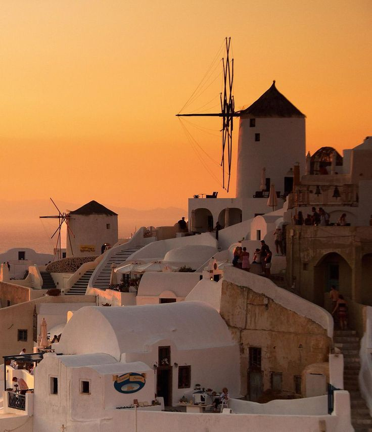 Kanske några av de mest fotade väderkvarnarna i världen, självklart med aprikos bakgrund. Santorini, Oia. Foto: Tom Allen