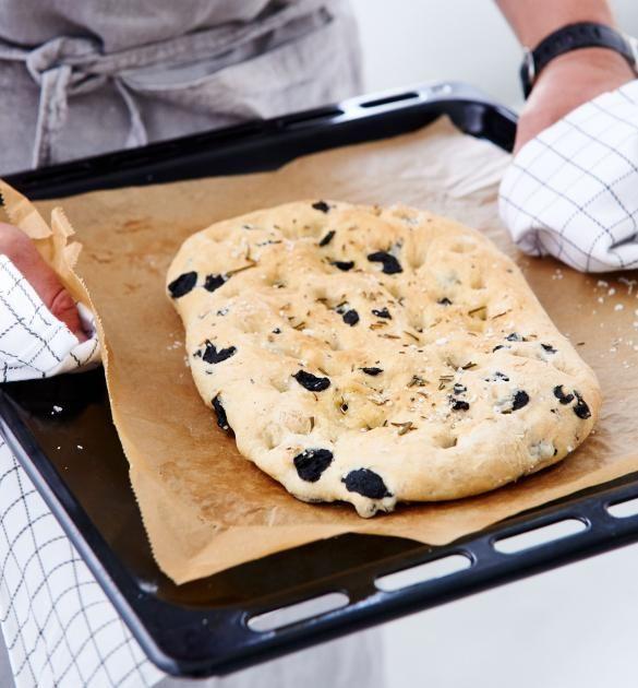 Focaccia mit schwarzen Oliven und Rosmarin - perfekt zur Antipasti und zum…