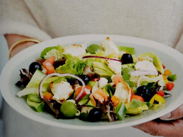 Deze kleurrijke Marokkaanse salade is hip, heerlijk en gezond.   Ingrediënten voor uw Marokkaanse salade 2 little gems (saladeharten)  2 handenvol rucola  bladpeterselie en muntblaadjes  100 g zwarte olijven  200 g kersttomaatjes  100 g champignons  1 rode paprika  1 gele paprika  1 rode ui Voor de dressing van uw Marokkaanse salade 4 teentjes knoflook  1 citroen  olijfolie  peper en zout  Voor de croutons  1 Marokkaans (plat) brood  125 g ricotta  verse t...