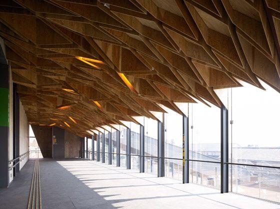 Techo de madera contrachapada. Estación Hoshakuji|Espacios en madera