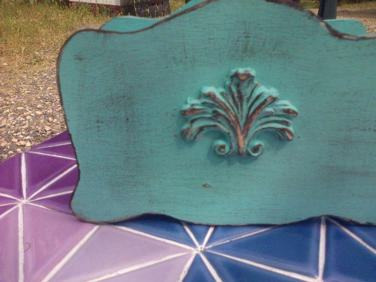 Porta tovaglioli creato riciclando scarti di legno e impreziosito con fregi di legno
