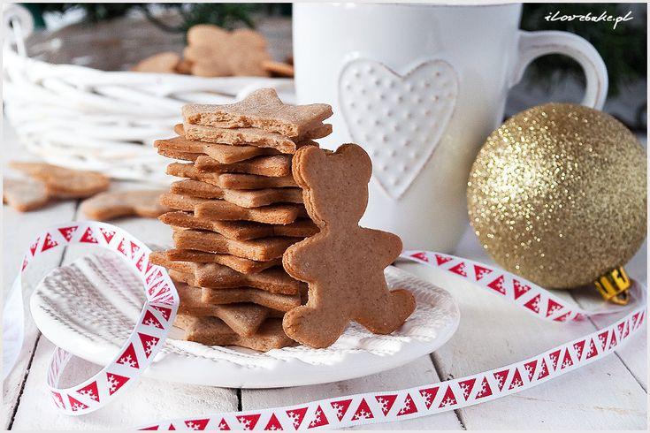 Pierniczki świąteczne z tego przepisu pochodzą z Ikei, czyli klasyczne szwedzkie pierniczki. Są od razu miękkie, słodziutkie, maślane.