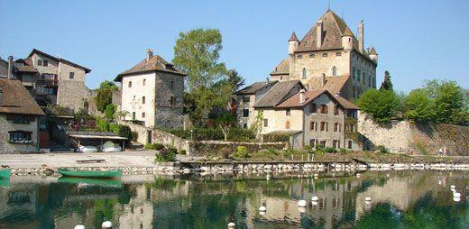 Les Guides du Patrimoine des Pays de Savoie proposent des visites guidées du village médiéval d'Yvoire, sur les rives du Léman en Savoie Mont Blanc #guidesgpps #savoiemontblanc http://www.gpps.fr/Guides-du-Patrimoine-des-Pays-de-Savoie/Pages/Site/Visites-en-Savoie-Mont-Blanc/En-Chablais-74/Rives-du-Leman/Yvoire