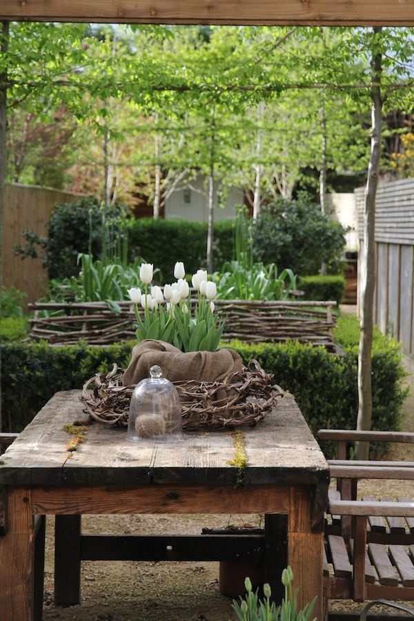 what a great space for outdoor dining!