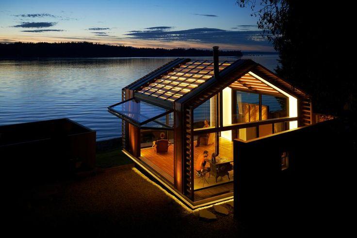 UNA CAPANNA DI LUCE Pacific Northwest, USA. La luminosa struttura di legno realizzata dallo studio di architettura Graypants, Inc. altro non è che un rifugio sull'acqua destinato a relax, lettura e attività rigorosamente lo-fi.