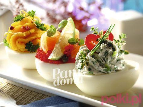 Jajka faszerowane pastami - przepis na pyszne i pięknie podane jaja wielkanocne Zobacz, jak przygotować farsz do jajek na wielkanocne śniadanie.