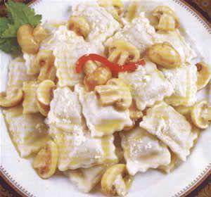 ravioles con salsa y relleno de hongos