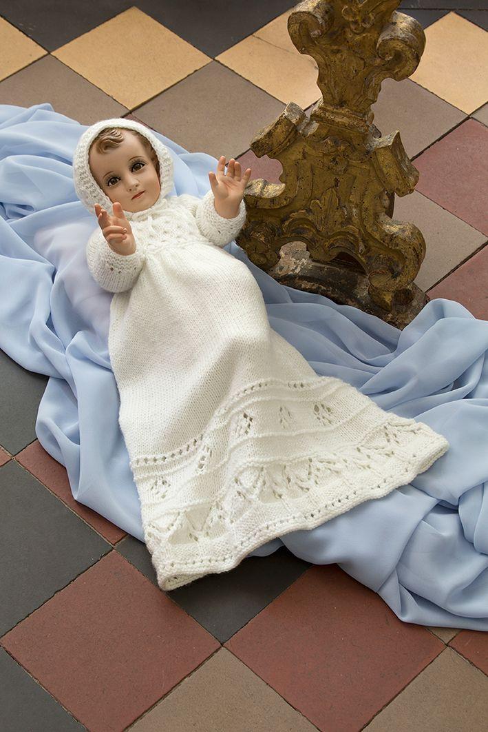 Viste a tu Niño Dios con este delicado juego de ropón, gorro y zapatitos tejidos en color blanco.