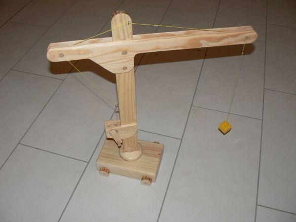 Grue pour enfant par dhn - Construction d'une petite grue en bois pour enfant. Elle tourne sur sa base, roule et la partie horizontale se rabaisse pour la ranger ou la transporter. Pas de crochet au bout mais une brique Duplo qui...
