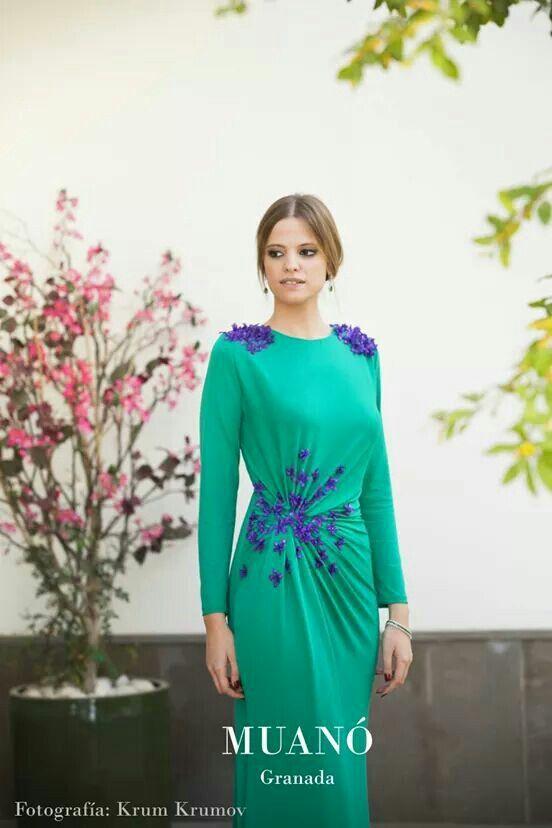 Invitada boda Muanó elegante, vestido largo de noche verde, detalles de flores y drapeado lateral. Fotografía krum krumov