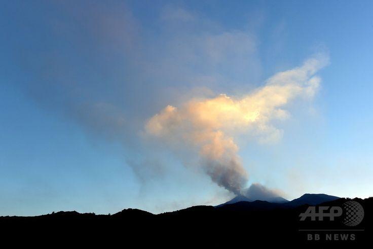 イタリア南部シチリア(Sicily)島のカターニア(Catania)近郊にあるエトナ山(Mount Etna)から立ち上る噴煙(2014年8月13日撮影)。(c)AFP/TIZIANA FABI ▼15Aug2014AFP|エトナ山が活発化、流れ出る溶岩 伊シチリア島 http://www.afpbb.com/articles/-/3023129 #Mount_Etna