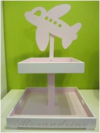 Gepersonaliseerde doopsuikerplateau in thema 'vliegtuig' voor Alexandrine: de kleur van de binnen- en buitenkant van de plateau kan gekozen worden en de naam kan gegraveerd of uitgefreesd worden in een lettertype naar keuze.