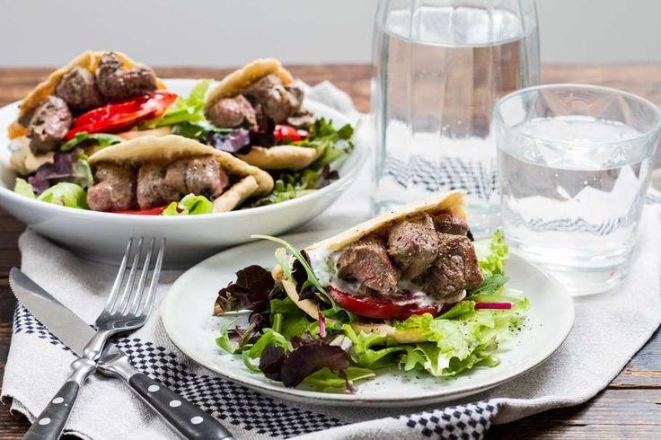 Recept voor gevulde pitabroodjes voor 4 personen. Met olijfolie, lamsvlees, pitabroodje, tzaziki, tomaat en slamelange