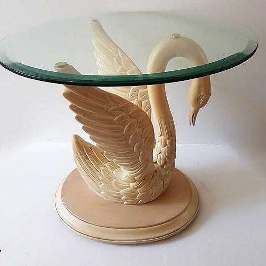 Een grote zeer decoratieve houten zwanen tafel met rond geslepen glazen blad. Herkomst : Frankrijk Afmeting: 52 cm hoog x 60 cm doorsnede Materiaal : Hout / glas Tafel word aangetekend en verzekerd verzonden
