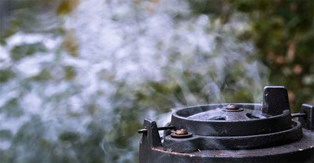 Rygning i grill – Lad røgen krydre din mad. #grilltips #grillmad #madpågrill #denstorebagedyst #bagningigrill #bageopskrifter #grill #opskriftpågrill #røg #røgigrill #rygningigrill #røgetlaks #røgetkød