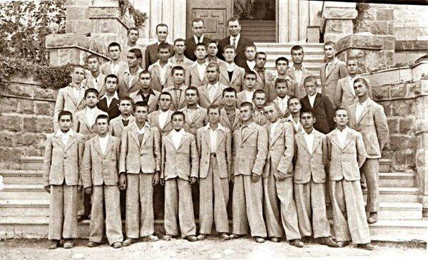 Kızılçullu Köy Enstitüsü öğrencileri. 1940 yılı.