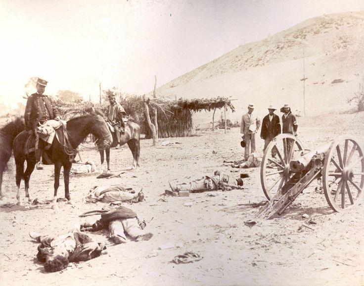 Oficiales chilenos sobre sus cabalgaduras, observando los cadáveres de soldados peruanos muertos luego de la Batalla de Chorrillos o de San Juan el 13 de enero de 1881.