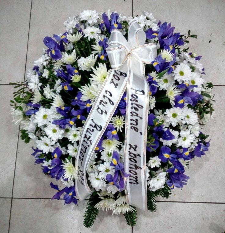 Smútočný veniec Iris  Krásny mnohokvetý okrúhly veniec z Irisov a Chryzantém . Priemer venca volitelný.  Základná cena platí pre veniec s priemerom 60 cm. Cena je vrátane doručenia v Bratislave na adresu bytovú/firemnú ako aj na cintorín, do domu smútku. V cene je smútočná stuha s textom podla Vášho želania.  #iris #smútočný #veniec #wreath #funeral #chryzantémy #živý #biele #white #fialové #purple