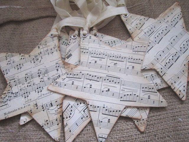 Notenblätter ausdrucken, auf Karton kleben, mit Kaffeesatz bereiben, Sterne aufzeichnen und ausschneiden